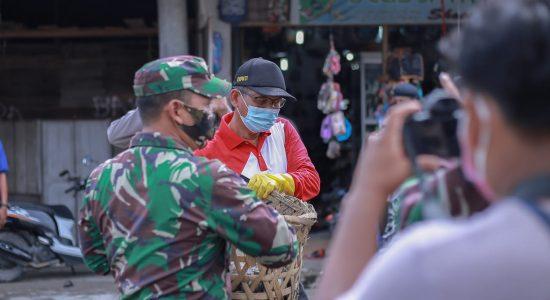 Bupati Nagan Raya Ikut Gotong Royong Bersihkan Pasar