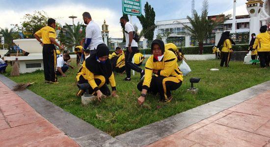 Personel Ditlantas Polda Aceh Bersihkan Mesjid Raya Baiturahman