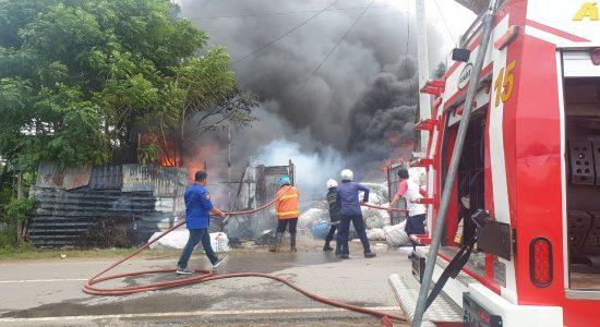 Gudang Barang Bekas di Banda Aceh Terbakar