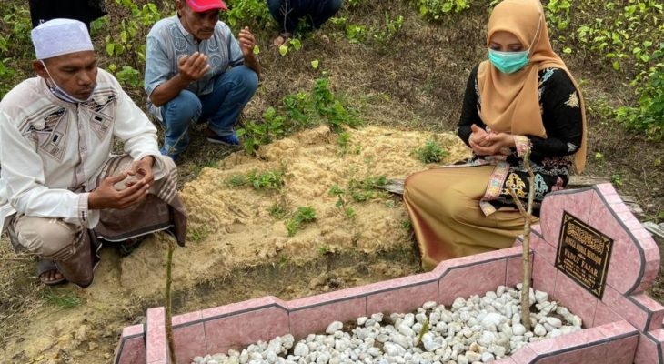 Dyah Erti Idawati Berdoa di Pusara Rangga