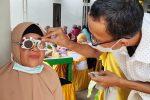 Tati Meutia Berikan Kacamata Gratis Kepada Warga
