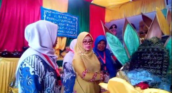 Wakil Ketua PKK Aceh Berkunjung ke Stan Pameran Nagan Raya
