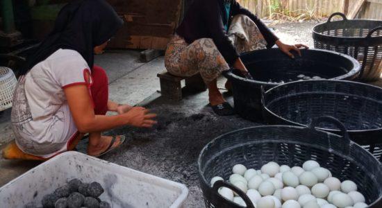 Produksi Telur Asin di Aceh Barat