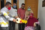 Tati Meutia Bersama Suaminya Serahkan Kunci Rumah