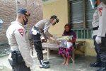 Brimob Aceh Bagikan Sembako Untuk Warga Miskin