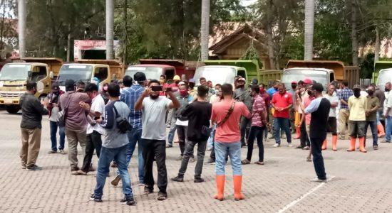 Ratusan Buruh DLHK Demo Bupati Aceh Utara