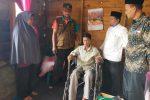 Dinsos Bener Meriah Serahkan Kursi Roda untuk Iza Mahendra