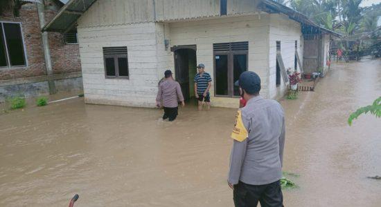Personel Polisi Pantau Titik Rawan Banjir di Aceh Utara