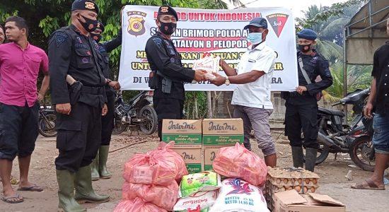 Brimob Bagikan Sembako untuk Warga Terdampak Banjir