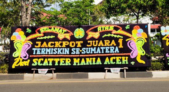 Papan Bunga Aceh Juara Termiskin Berjejer di Banda Aceh