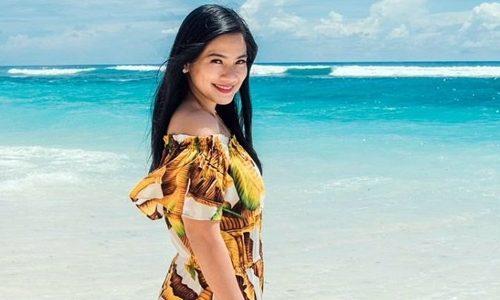 Penampilan Titi Kamal di Pantai Curi Perhatian