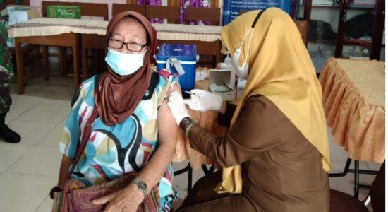 Lansia 80 Tahun Ikut Vaksin di Kuta Alam