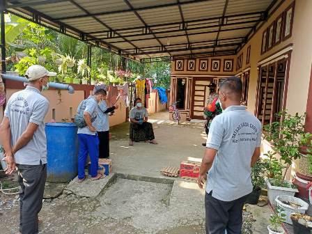 Semangati Warga, TNI Salurkan Bantuan ke Rumah Pasien yang Terpapar Covid 19