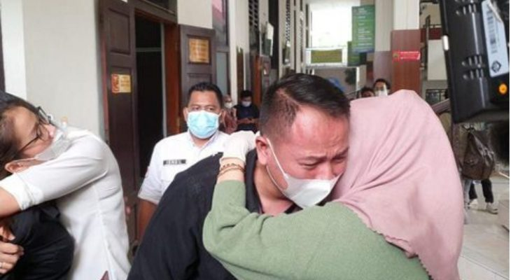 Dituntut 8 Bulan Penjara, Vicky Prasetyo Nangis di Pengadilan