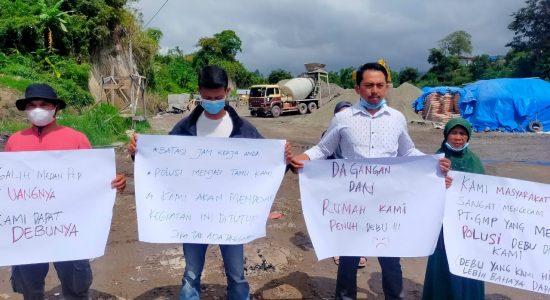 Sejumlah Warga Wih Delung Tuntut Batching Plant PT Galih Medan Persada Ditutup