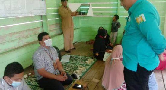 Tinjau Penyerahan Buku Tabungan dan Kartu KKS KPM PKH