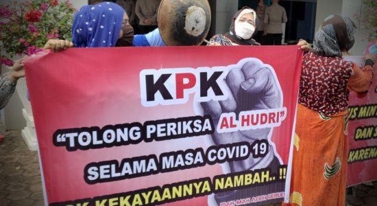 Emak-emak Geruduk Kantor Disdik Aceh