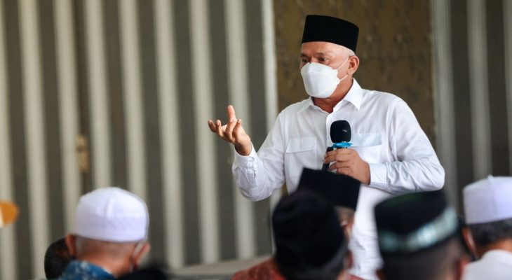 Taqwallah Serahkan Penghargaan Kepada Pihak Sekolah di Aceh Besar yang Sukses Vaksin Siswa